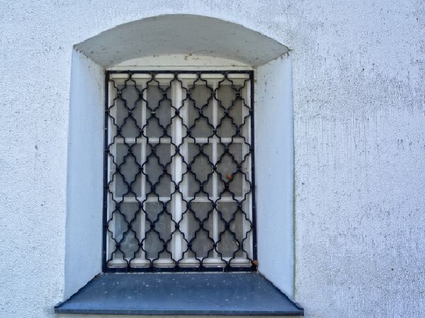 Window with bars, spiritual enlightenment, can I stop over thinking, why does fear cripple my thinking, wisdom from a former monk, positive purpose coach, personal development through mindfulness, I want to live my dreams, how do I start to change my life, Dhamma Tapasa, can we understand fear, Buddhist moral stories,
